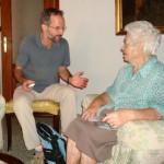 Esta foto de un periodista con una persona mayor de http://www.solidarios.org.es, no corresponde al caso al que se refiere el texto.